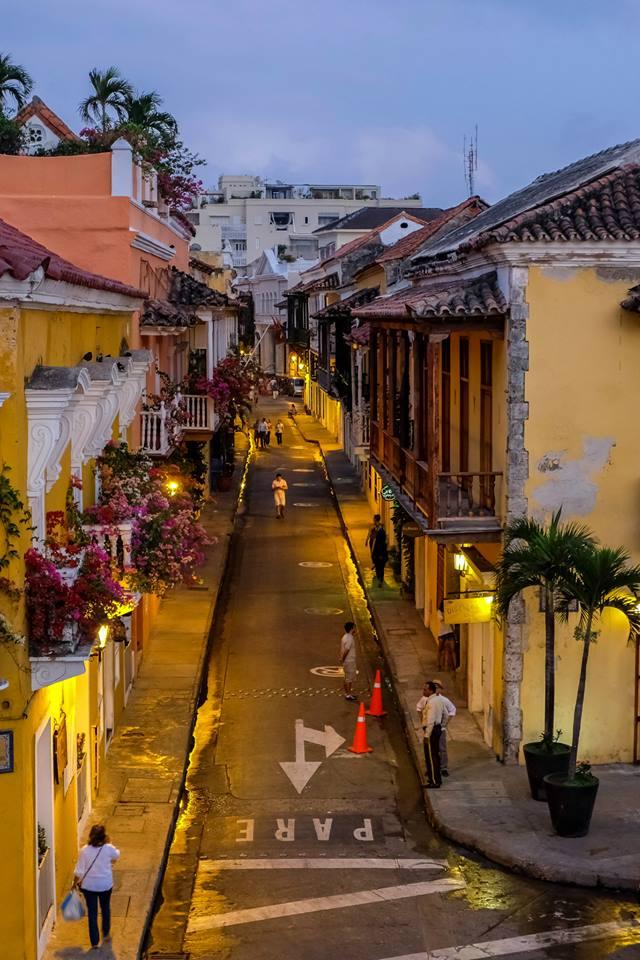 le strade illuminate nella città vecchia. Cartagena de India, Colombia: cosa fare? Itinerario e informazioni utili