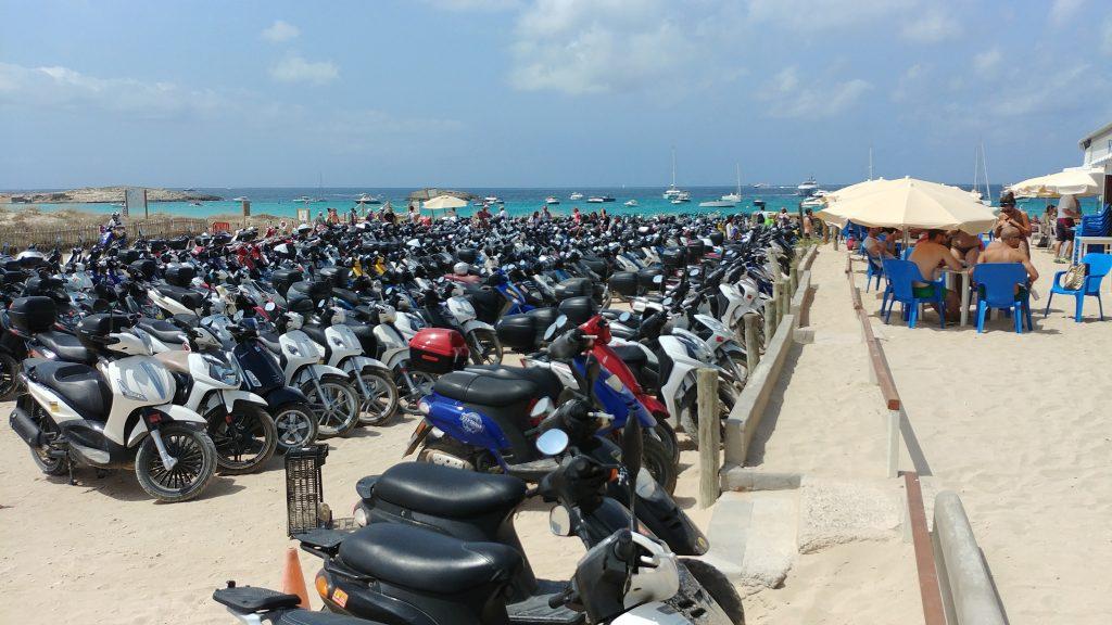 Il parcheggio dei motorini a Les Illetes