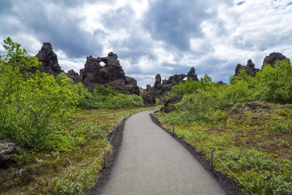 Percorso in mezzo alla lava. Organizzare un viaggio Low cost in Islanda: itinerario, consigli, mappe e indirizzi utili