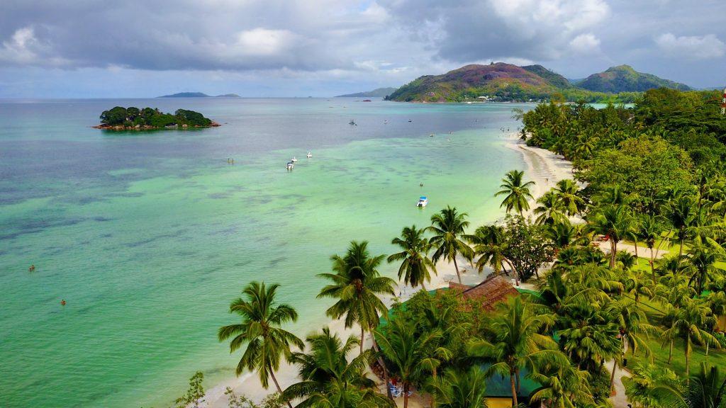 La spiaggia e la baia del Paradise Sun