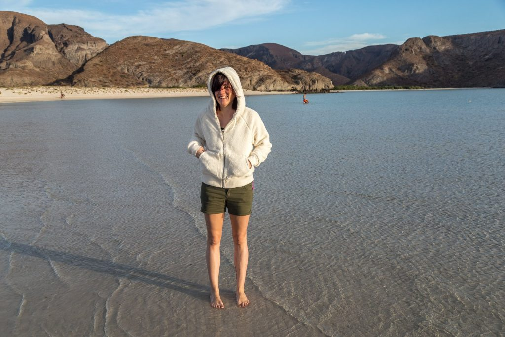 CLassica tenuta da mare: giacca di pelo e shorts